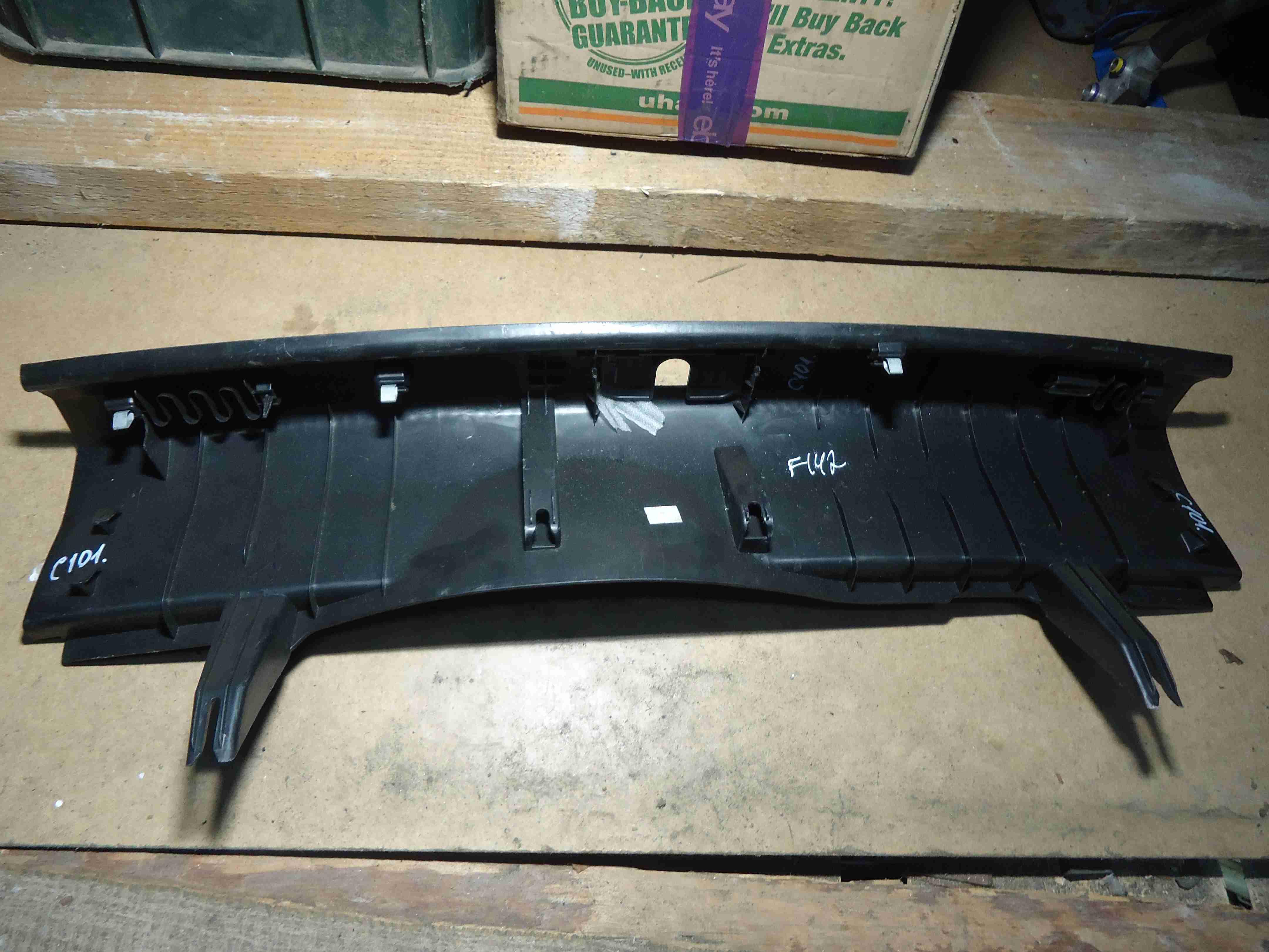 Накладка внутренняя на заднюю панель кузова   4G5863471B