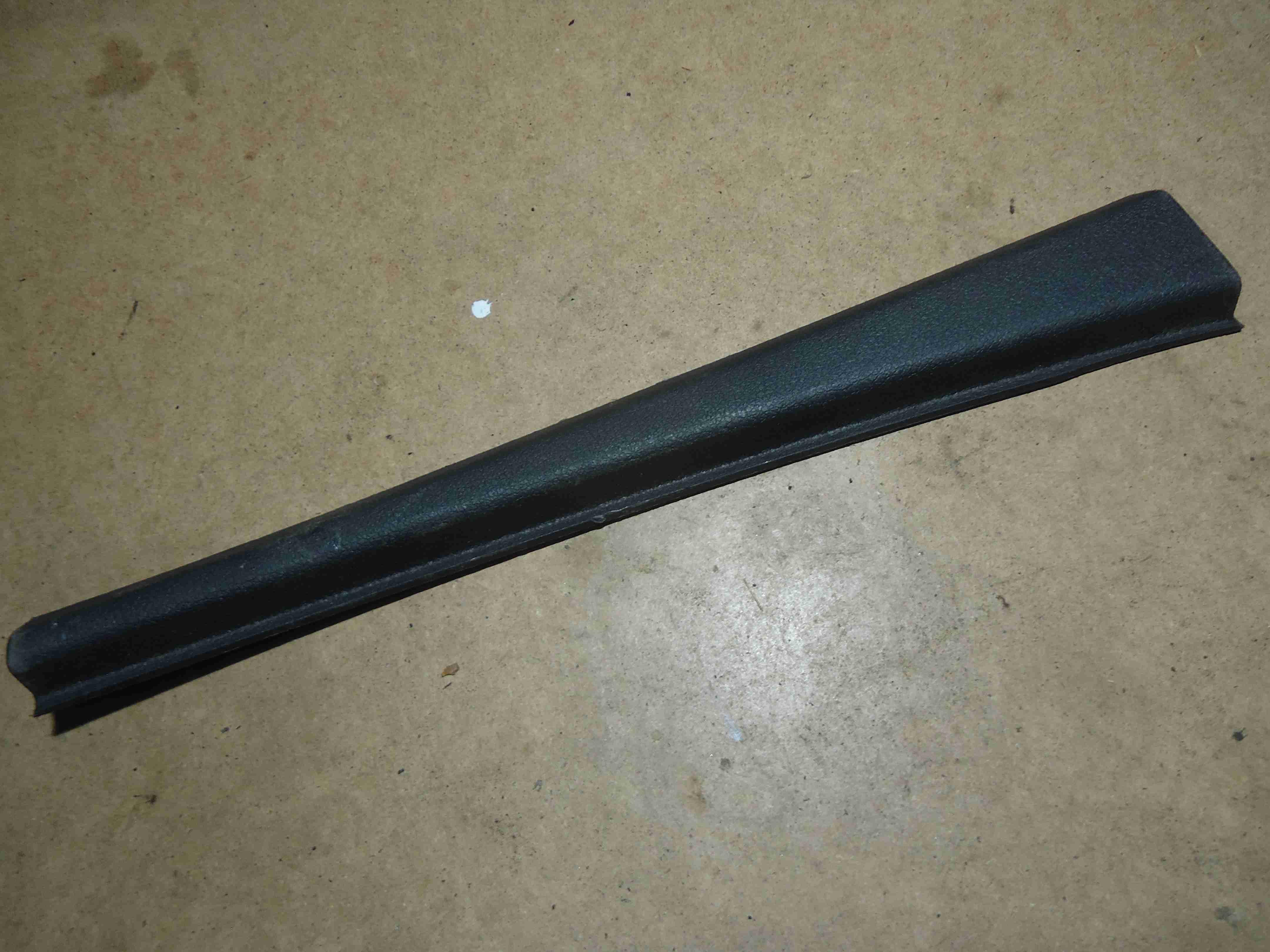 Обшивка стойки передней правой (накладка)   4L0868204A