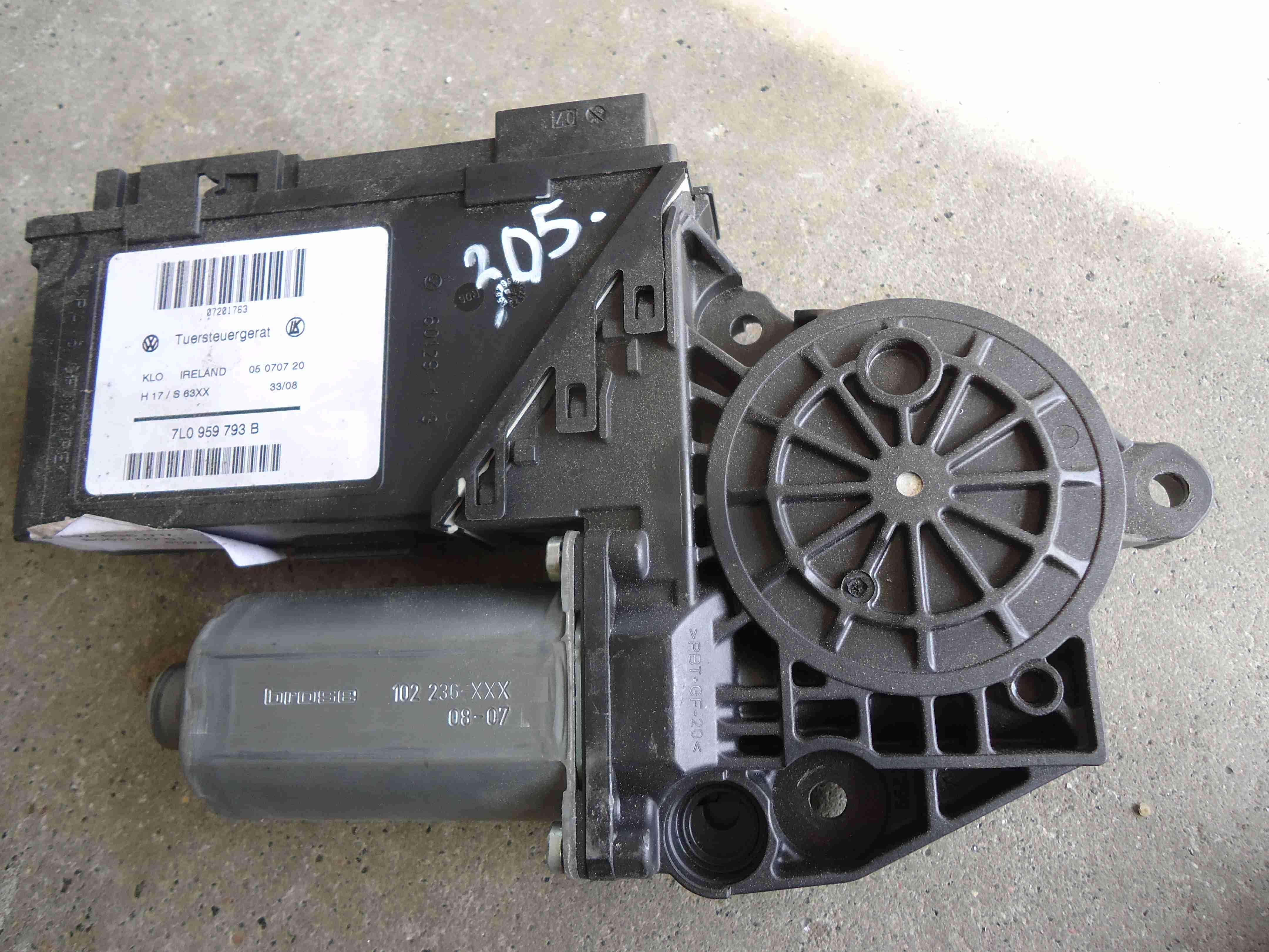 Моторчик стеклоподъемника передний левый   7L0959793B
